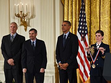 El doctor Lowy, junto con John T. Schiller, fueron condecorados por el presidente Obama con la Medalla Nacional de Tecnología e Innovación.