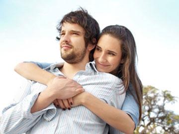 Una pareja joven abrazada.