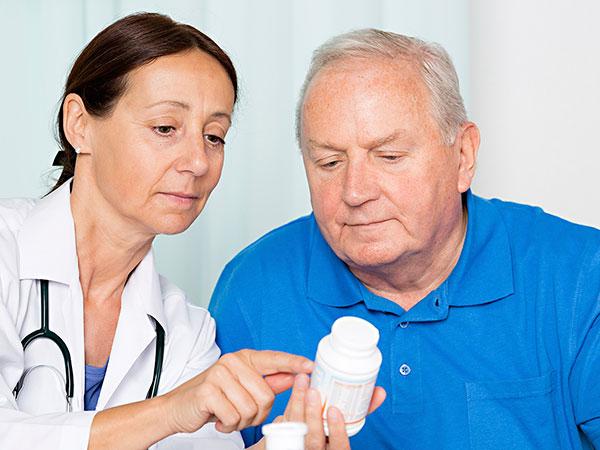 En läkare diskuterar smärtstillande med en patient.