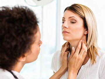 Bu görsel boş bir alt niteliğe sahip; dosya adı woman-getting-thyroid-exam-article.jpg